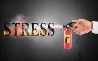 extintor apagando el fuego de las letras estrés