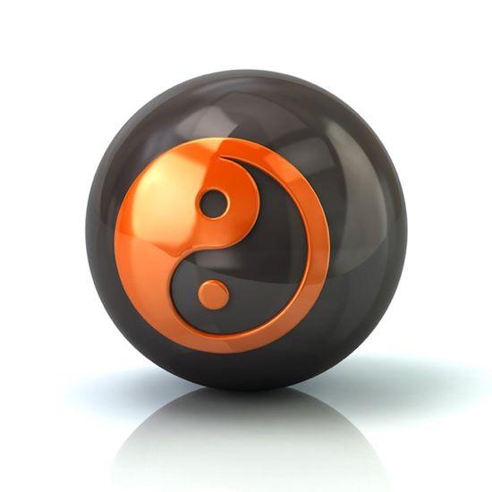 Bola de metal con el símbolo del Ying-Yang en su interior en color naranja para representar llevar la efectividad al plano personal