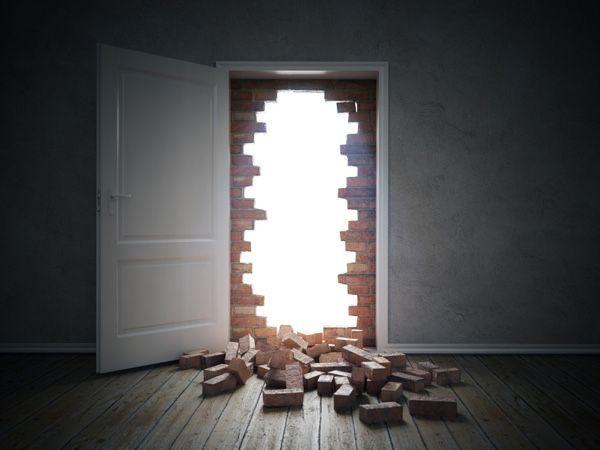 Muro de ladrillos destruido al abrir una puerta y ve luz