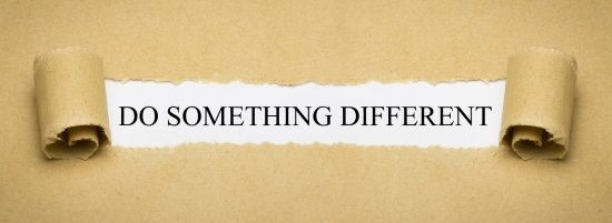 "Pergamino con texto ""Do something different"""