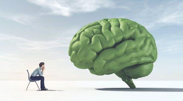 Persona mirando a un cerebro gigante que simula ser su mente extendida
