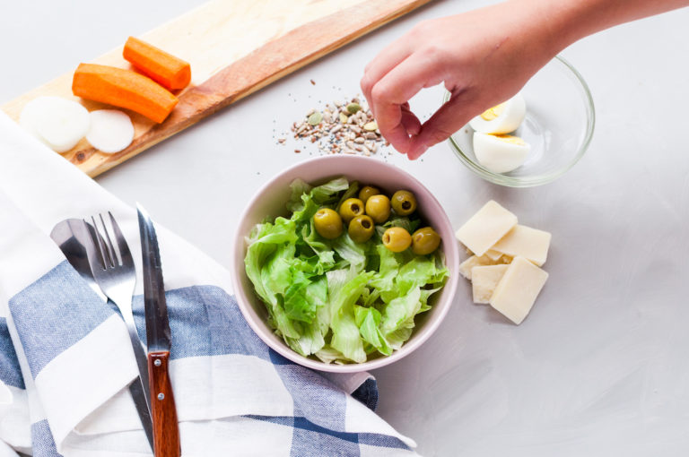 Fotografía gastronómica. Una ensalada imperfecta hecha de la manera más tradicional. Aquí podrás encontrar la ensalada casi al completo ¿cuál es tu ingrediente favorito? ¡saboréalo en tu mente!