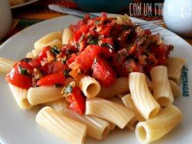 Pasta con tomate, albahaca y ajo