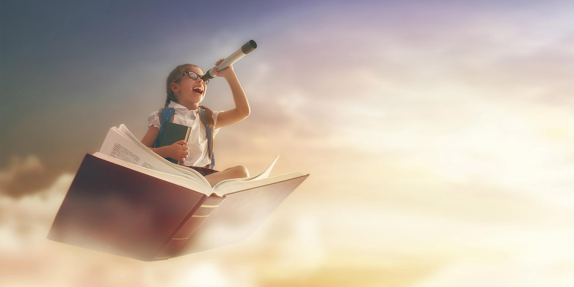 niña volando sobre libro con catalejo