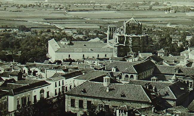 Lorca 1 Vista delantiguo colegio San Pablo y, tras él, el edificio del antiguo Gobierno Civiljunto a la calle Duquesa. FuenteArchivo personal Carlos Sánchez