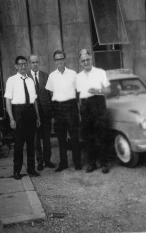 Manuel Sacristán, Josep Maria Calsamiglia, Mario Bunge y Alexandre Argullós, ante la fachada del edificio de Ariel en Esplugues de Llobregat (foto: El País)