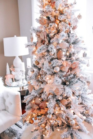 Adorable Gold Christmas Decoration Ideas 43