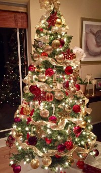 Adorable Gold Christmas Decoration Ideas 47