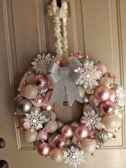 Adorable Gold Christmas Decoration Ideas 49