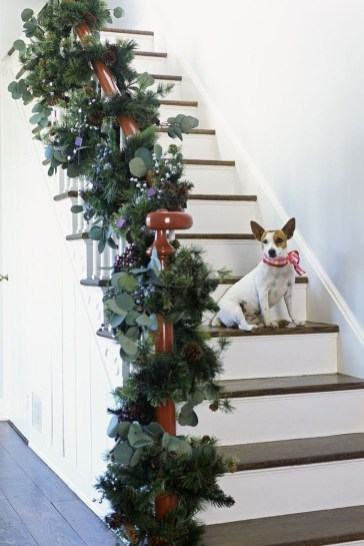 Beautiful Christmas Stairs Decoration Ideas 46