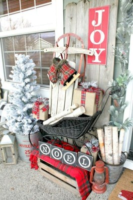 Cozy Rustic Outdoor Christmas Decor Ideas 36