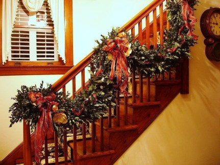 Gorgeous Ways To Decorate Your Stairs In This Christmas Ideas 07