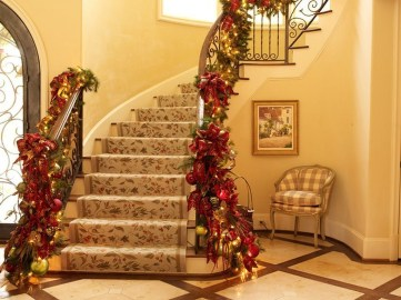 Gorgeous Ways To Decorate Your Stairs In This Christmas Ideas 24
