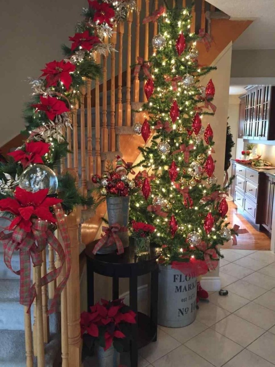 Gorgeous Ways To Decorate Your Stairs In This Christmas Ideas 35