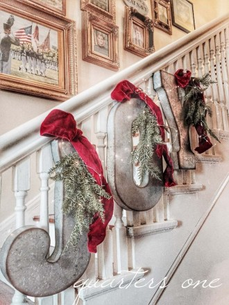 Gorgeous Ways To Decorate Your Stairs In This Christmas Ideas 37