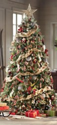 Lovely Traditional Christmas Decorations Ideas 02