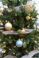 Lovely Traditional Christmas Decorations Ideas 08