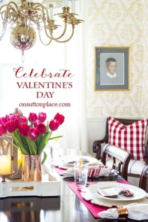Charming Dining Room Decor Ideas For Valentines Day 45