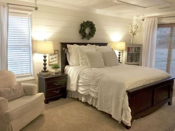Pretty Farmhouse Master Bedroom Decorating Ideas 46