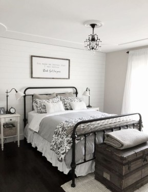 Pretty Farmhouse Master Bedroom Decorating Ideas 48