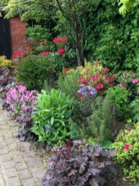 Attractive Border Garden Ideas To Your Landscaping Edging 22