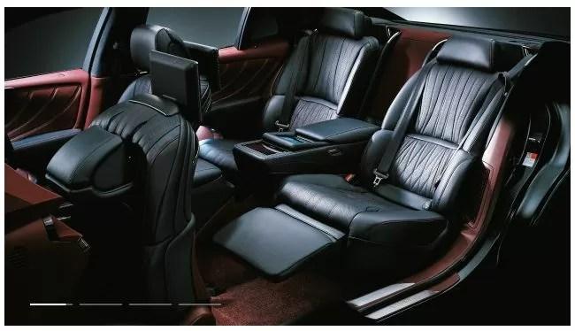 新型レクサスLS後部座席内装画像