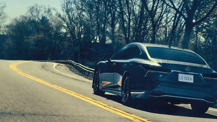 新型レクサスLSの実燃費って悪いの!?ハイブリッドは高評価だが、ガソリン車は辛口な口コミも目立つ結果に。。