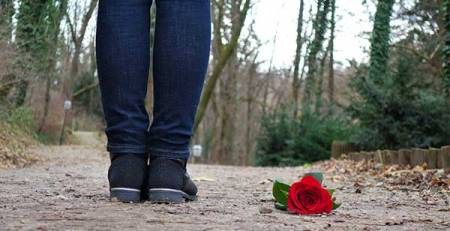 gambe ragazze rosa rossa a terra