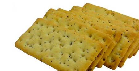 cracker in primo piano sfondo bianco