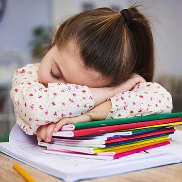 bambina addormentata a scuola