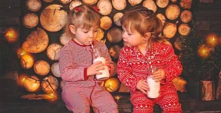 bambine bevono latte pigiama natalizi