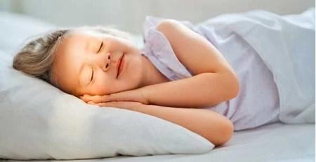 bambina dorme letto