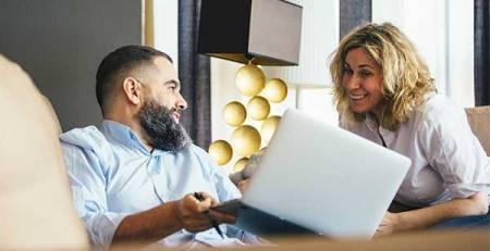 uomo donna divano computer sorriso