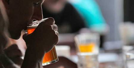 uomo beve birra