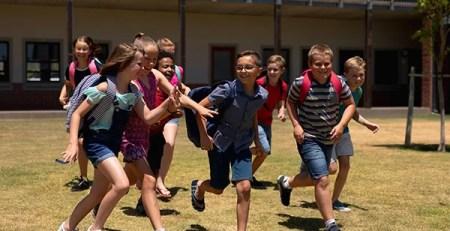 giovani corrono scuola zaino