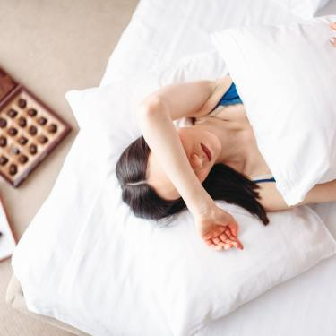 donna sotto coperte depressa