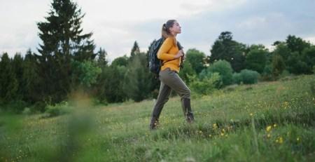 donna cammina montagna
