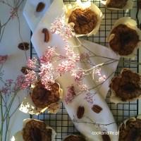 Muffinki wegańskie z cukinią, jabłkiem i orzechami pekan