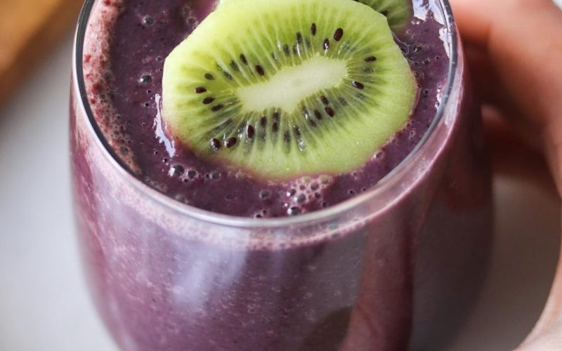 Kiwi, Spinach, and Blueberry Smoothie