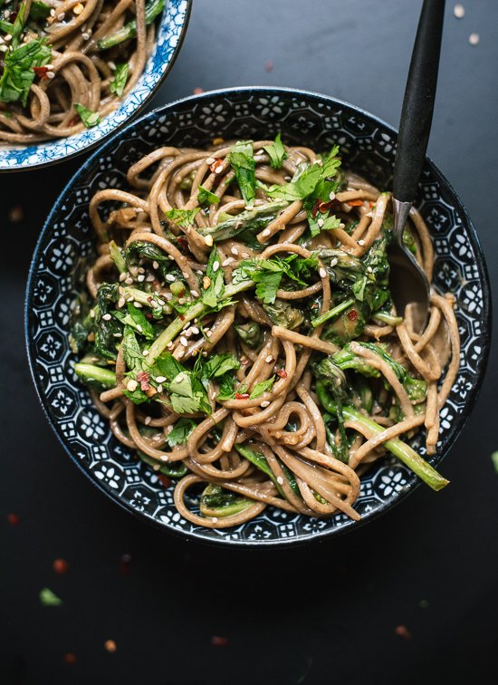 Soba noodles with creamy peanut sauce and delicious and nutritious broccoli rabe! - cookieandkate.com