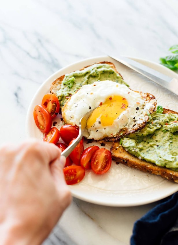 Simple and delicious breakfast/brunch recipes: avocado pesto toast with a fried egg! cookieandkate.com