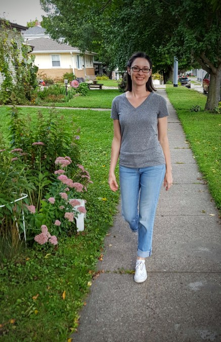 A simple mom look, simple sneakers, jeans and a tee.