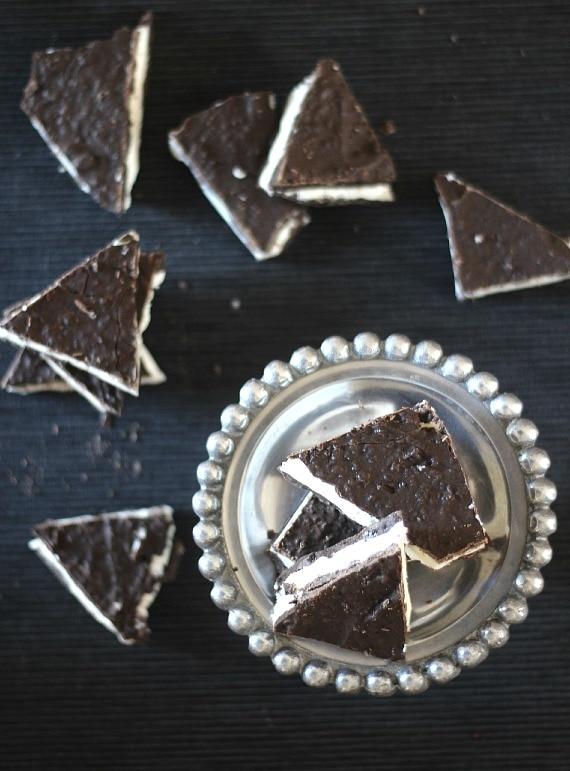 Oreo Cookie Bark | cookiesandcups.com