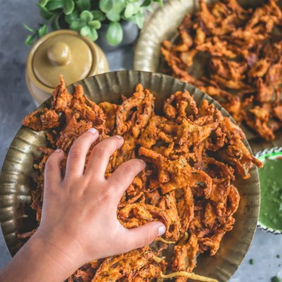Vegan Crispy Onion Pakoda | Fried Kanda Bhajiya