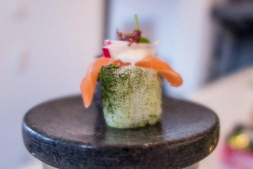 Sake mit Yuzureis mit Matchatee, Japanischer Mayonnaise, Radieschen, Beef Jerky und Daikon Cress.