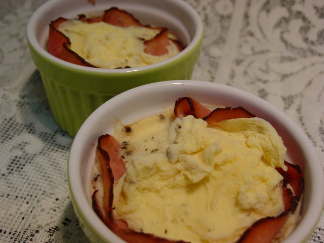 Scrabled eggs and ham in pots
