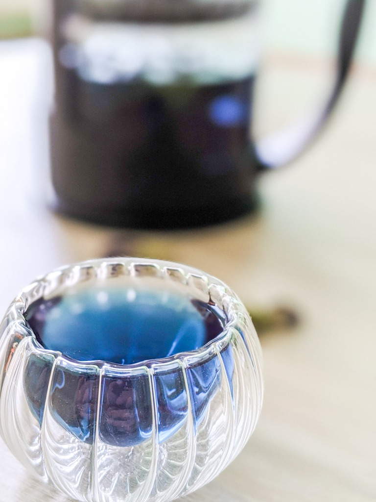 Butterfly pea flower tea in a 50 ml tea cup