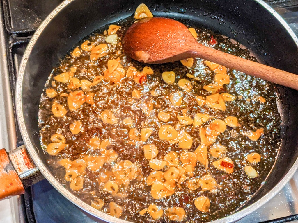 making the spicy thai sriracha sauce