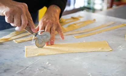 Cutting ribbons of pappardelle
