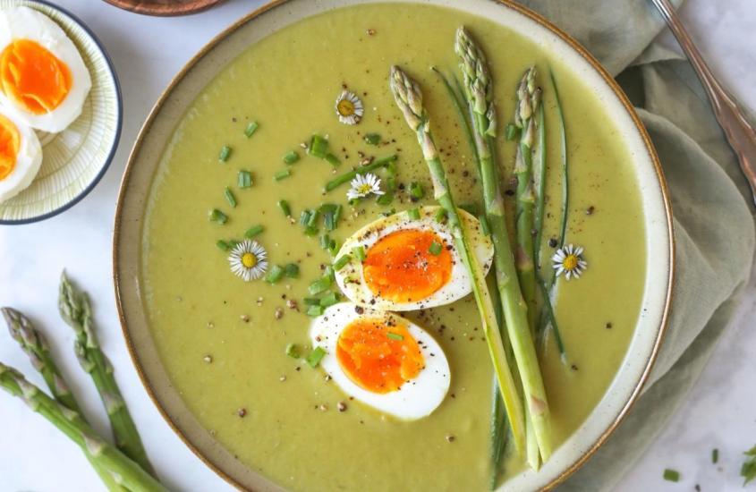 Spargelsuppe mit Ei und Schnittlauch
